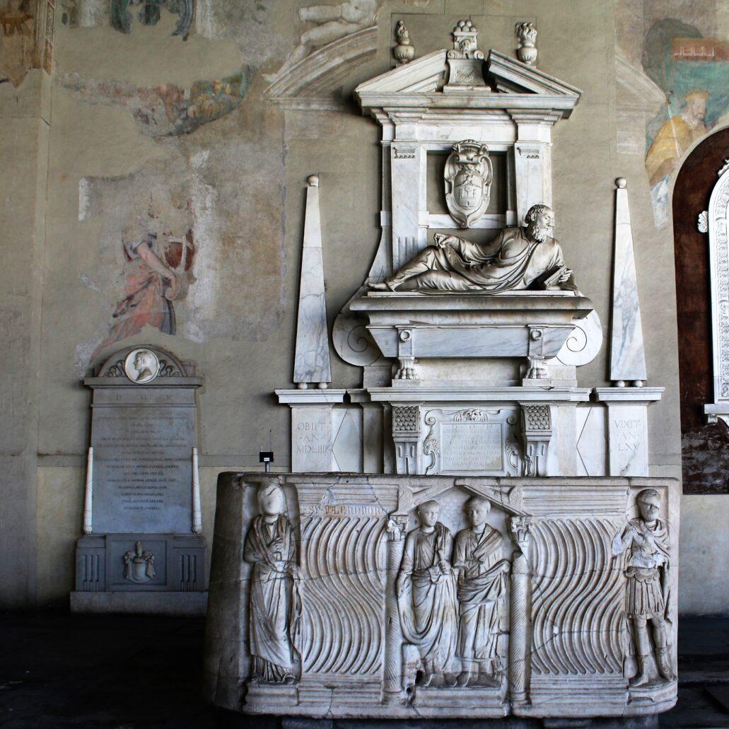 Piza. Campo Santo. Jeden z wielu nowożytnych grobowców wzniesionych na podstawie ze starożytnego sarkofagu. Fot. Jerzy S. Majewski