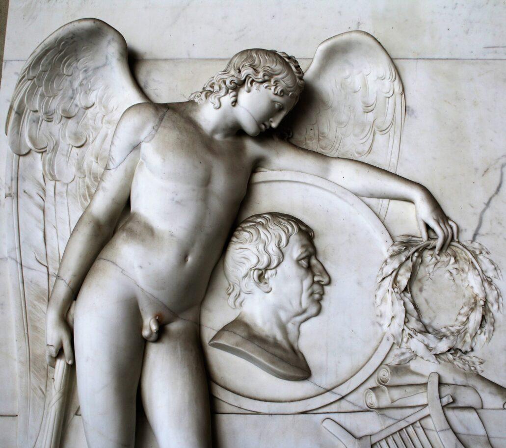 Piza. Campo Santo. Nagrobek Lorenzo Pignottiego, zmarłego w 1812 r. Anioł Śmierci, a właściwie Geniusz – częsty w wyobrażeniach sztuki klasycyzmu. Dzierży odwróconą pochodnię, symbolizującą kres życia, ale jednocześnie wieńcem laurowym wieńczy medalion w wyobrażeniem zmarłego poety. Fot. Jerzy S. Majewski