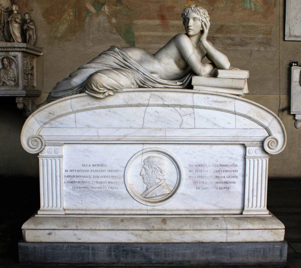 Piza. Campo Santo. To chyba najpiękniejszy, klasycznie akademicki grobowiec na cmentarzu. Powstał w 1867 r. Upamiętnia Ottaviano Fabrizio Massotiego, matematyka, fizyka i astronoma, zmarłego w 1863 r. Pełna delikatnego piękna, marmurowa rzeźba nagiej kobiety wyobraża Uranię, zamyśloną muzę astronomii. Jednocześnie w tym kontekście zdaje się też być symbolem nauki. Autorem był Giovanni Dupre, urodzony w Sienie rzeźbiarz epoki akademizmu. Jak pisano o nim, łączył zwykły, schematyczny akademizm z oryginalnym naturalizmem. Przekonywał, że aby stworzyć prawdziwe dzieło sztuki należy kochać obrany przez siebie temat. Fot. Jerzy S. Majewski
