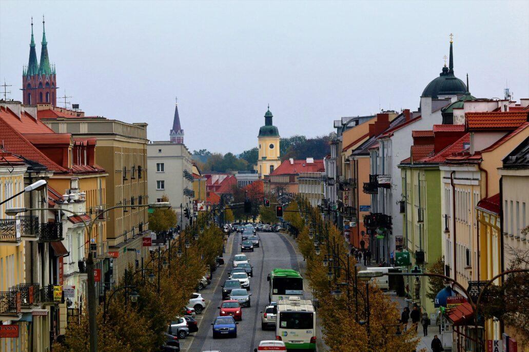 Białystok. Perspektywa ulicy Lipowej z widoczną pośrodku wieżą ratusza na Rynku Kościuszki. Fot. Jerzy S. Majewski