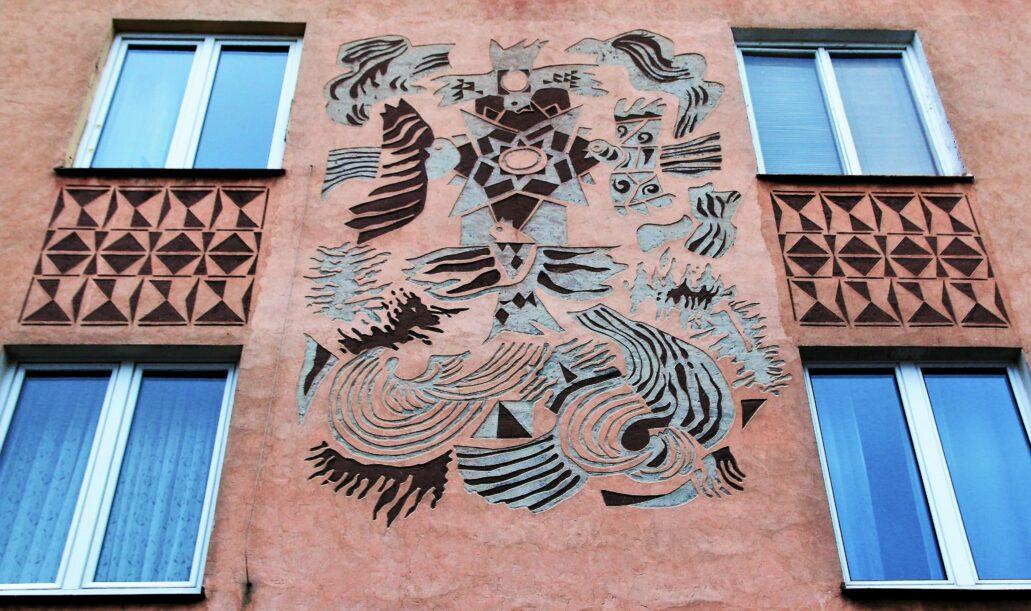 Białystok. Lipowa 1. Ściana zachodnia budynku. Żywioł wiatru. Sgraffito autorstwa Krzysztofa Tura. Fot. Jerzy S. Majewski