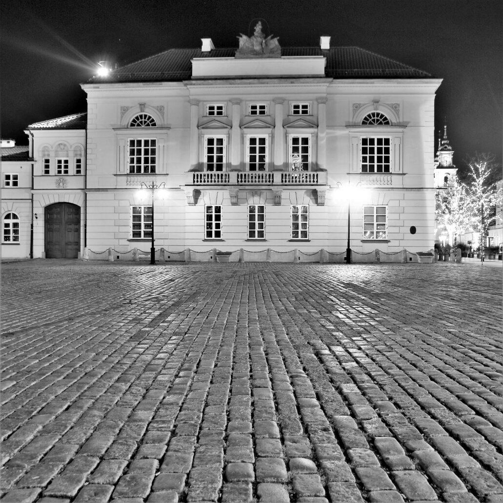 Warszawa. Krakowskie Przedmieście 32. Wieczorne spojrzenie na pałac Tyszkiewiczów – Potockich. Fot. Jerzy S. Majewski