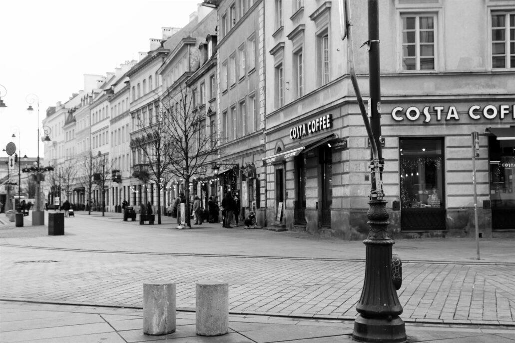 Warszawa. Krakowskie Przedmieście. Odbudowane kamienice w pierzei pomiędzy Miodową a Trębacką. Widok od Miodowej. Fot. Jerzy S. Majewski