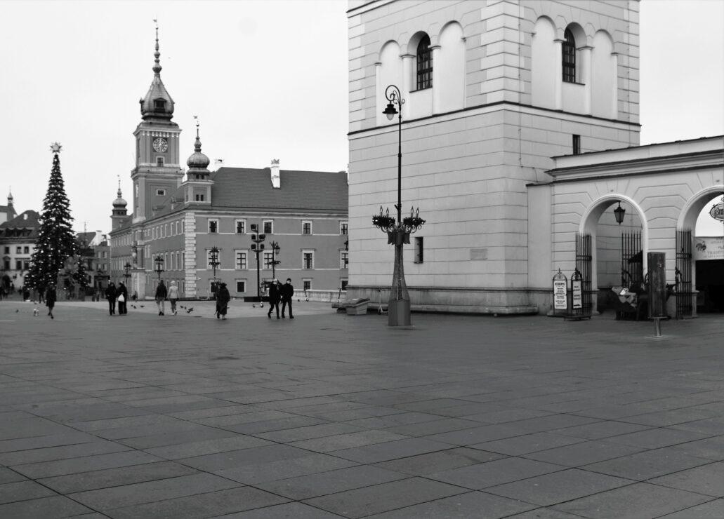 Warszawa. Plac Zamkowy z całkiem sporym tłumkiem przechodniów. Fot. Jerzy S. Majewski