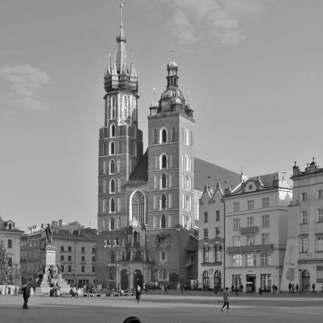 Kraków. Rynek Główny. Klasyczny widok na kościół Mariacki od strony Sukiennic i południowej pierzei Rynku. Fot. Jerzy S. Majewski