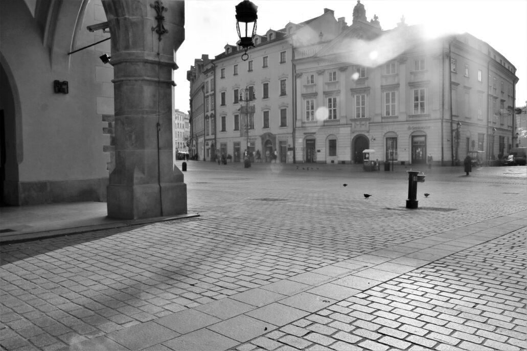 Kraków. Południowa pierzeja Rynku Głównego u wylotu ulicy Brackiej. Fot. Jerzy S. Majewski