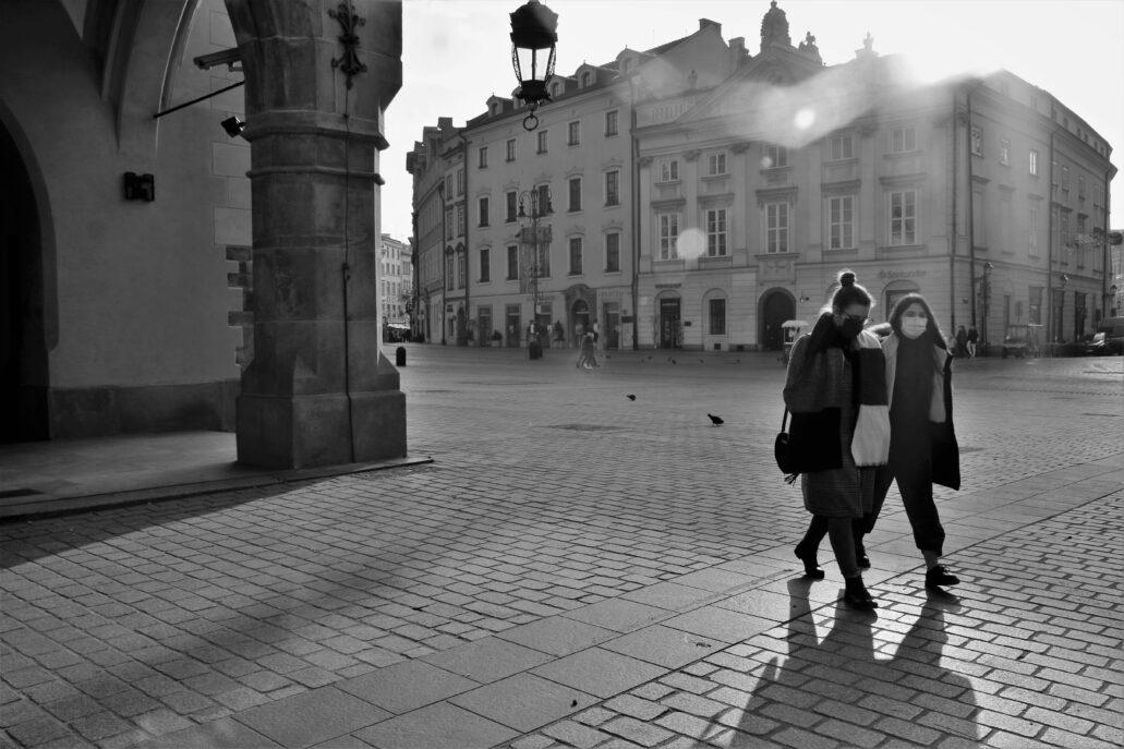 Kraków. Ten sam fragment Rynku zmienia się, gdy pojawiają się przechodnie i ich cienie. Fot. Jerzy S. Majewski