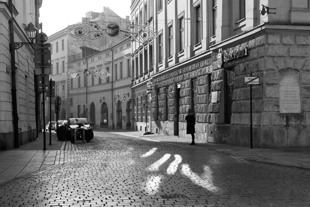 Kraków. Wylot ulicy Brackiej widoczny od strony Rynku Głównego. Z prawej na rogu fragment kamienicy Lanckorońskich. Fot. Jerzy S. Majewski