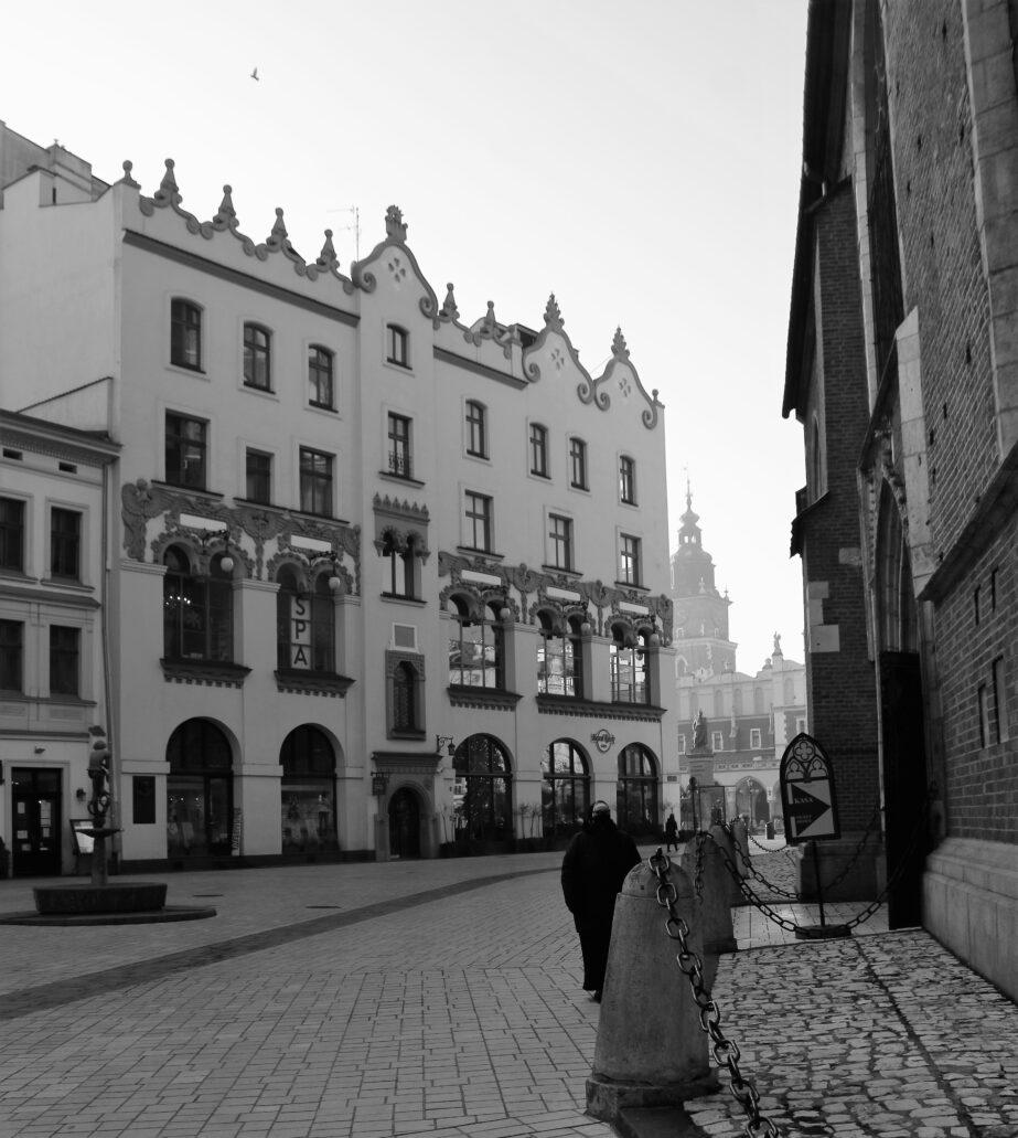 Kraków. Kamienica Celestyna Czynciela przy Rynku Głównym 4. Elewacja od Placu Mariackiego. Powstała w 1908 r. i wyróżnia się niezwykle oryginalną architekturą powstałą w duchu młodopolskim zgodnie z projektem architektonicznym Ludwika Wojtyczki. Moim zdaniem jest to w ogóle jeden z najciekawszych, wielkomiejskich domów czynszowych wzniesionych w Krakowie przed 1914 r. Jego projekt wyłoniony został już w 1906 r. w konkursie architektonicznym. Charakterystyczna dekoracja nad oknami została częściowo usunięta w latach 50. XX w. I przywrócono ją dopiero w trakcie renowacji elewacji w 2001 r. Fot. Jerzy S. Majewski