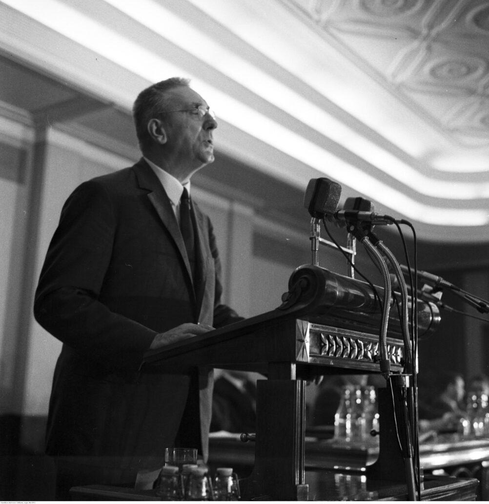 Edward Gierek, I sekretarz PZPR w trakcie przemówienia w gmachu KC PZPR w Warszawie. Fot. Narodowe Archiwum Cyfrowe