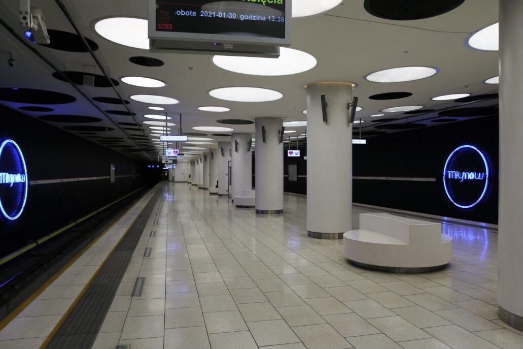 Warszawa. Stacja metra Młynów. W jej architekturze dominuje biel oraz motyw kół. Fot. Jerzy S. Majewski