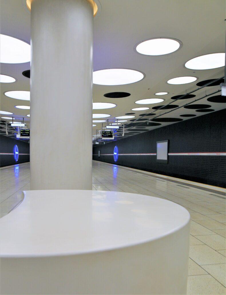 Warszawa. Stacja metra Młynów. Koliste siedzisko na peronie. Jego kształt przywodzi nam na myśl formę kamienia młyńskiego. Fot. Jerzy S. Majewski