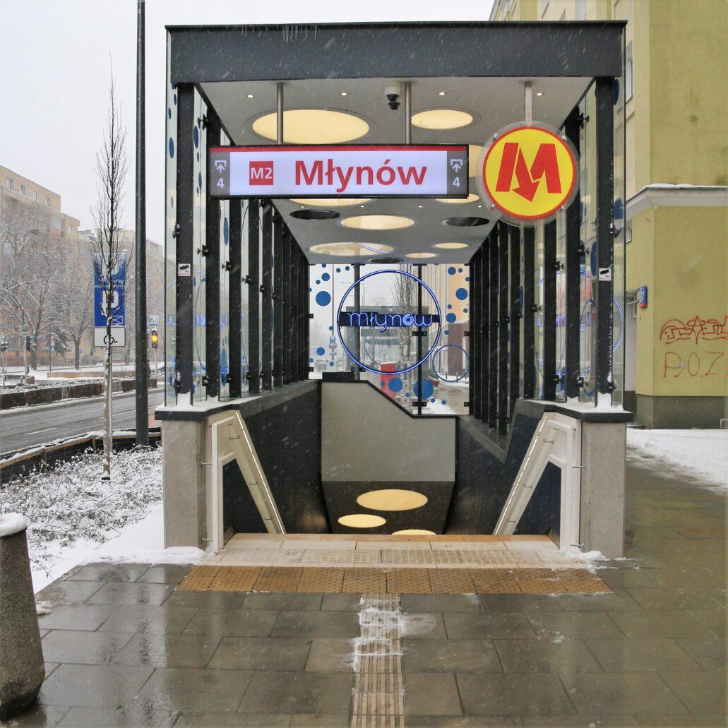 Warszawa. Ulica Górczewska. Wiata ponad wyjściem ze stacji metra Młynów. Fot. Jerzy S. Majewski