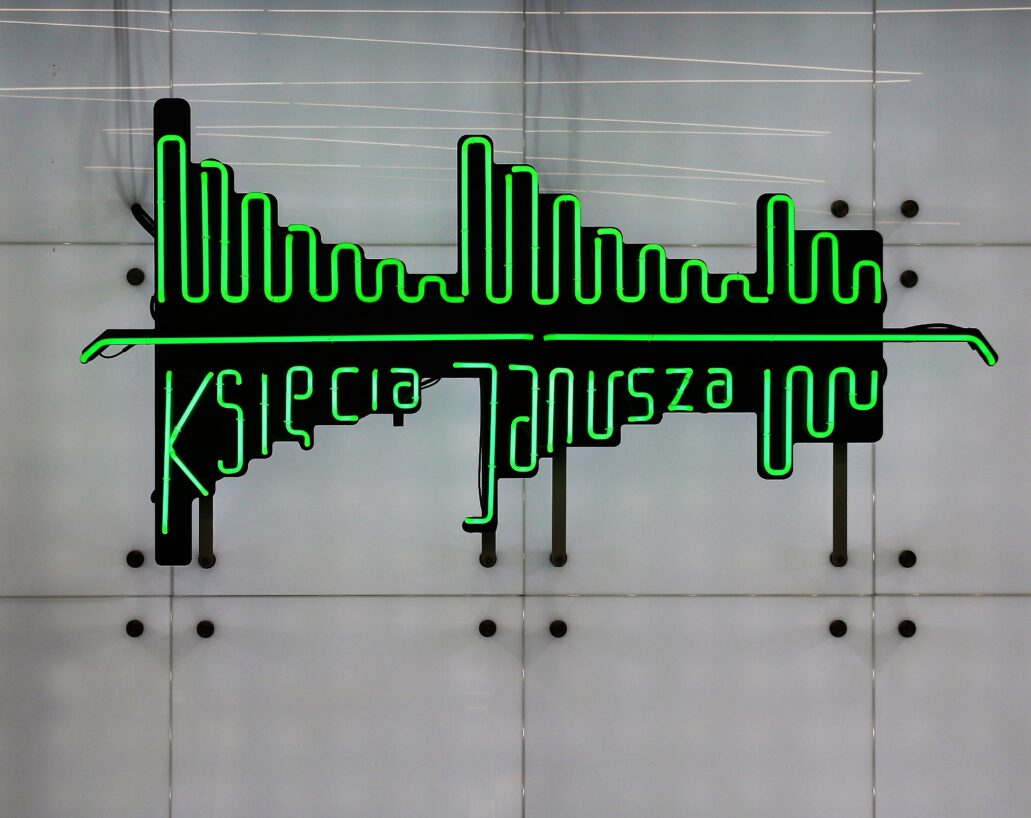 Warszawa. Stacja metra Księcia Janusza. Neon z wtopioną weń nazwą stacji. Fot. Jerzy S. Majewski