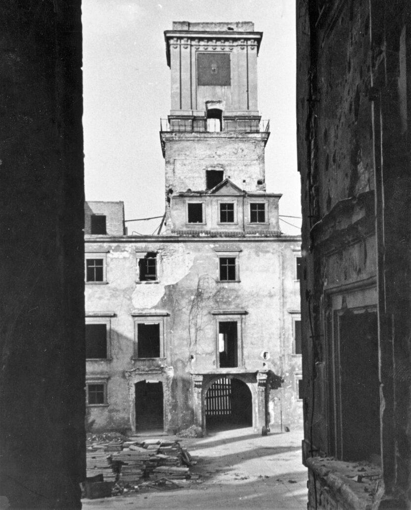 Warszawa. Zamek Królewski. Wieża Zygmuntowska spalona we wrześniu 1939 r. Fot. Narodowe Archiwum Cyfrowe