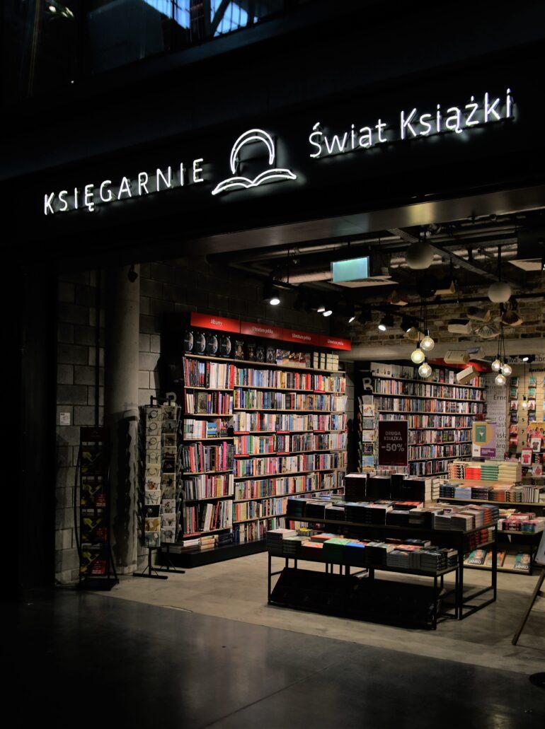 """Warszawa. Hala na Koszykach. Neon księgarni """"Świata Książki"""". Fot. Jerzy S. Majewski"""