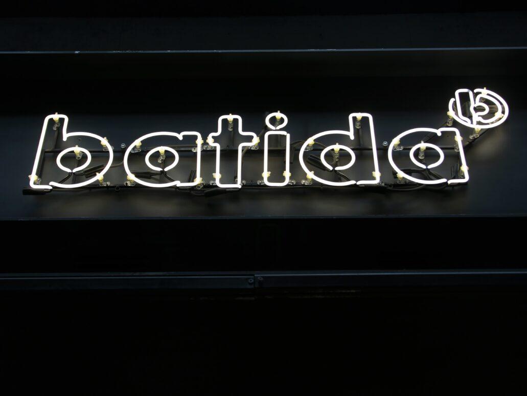 """Warszawa. Hala na Koszykach. Neon """"Batidy"""". Napisy neonowe znajdują się też we wnętrzu lokalu mieszczącego się w prawym ryzalicie hali. Fot. Jerzy S. Majewski"""