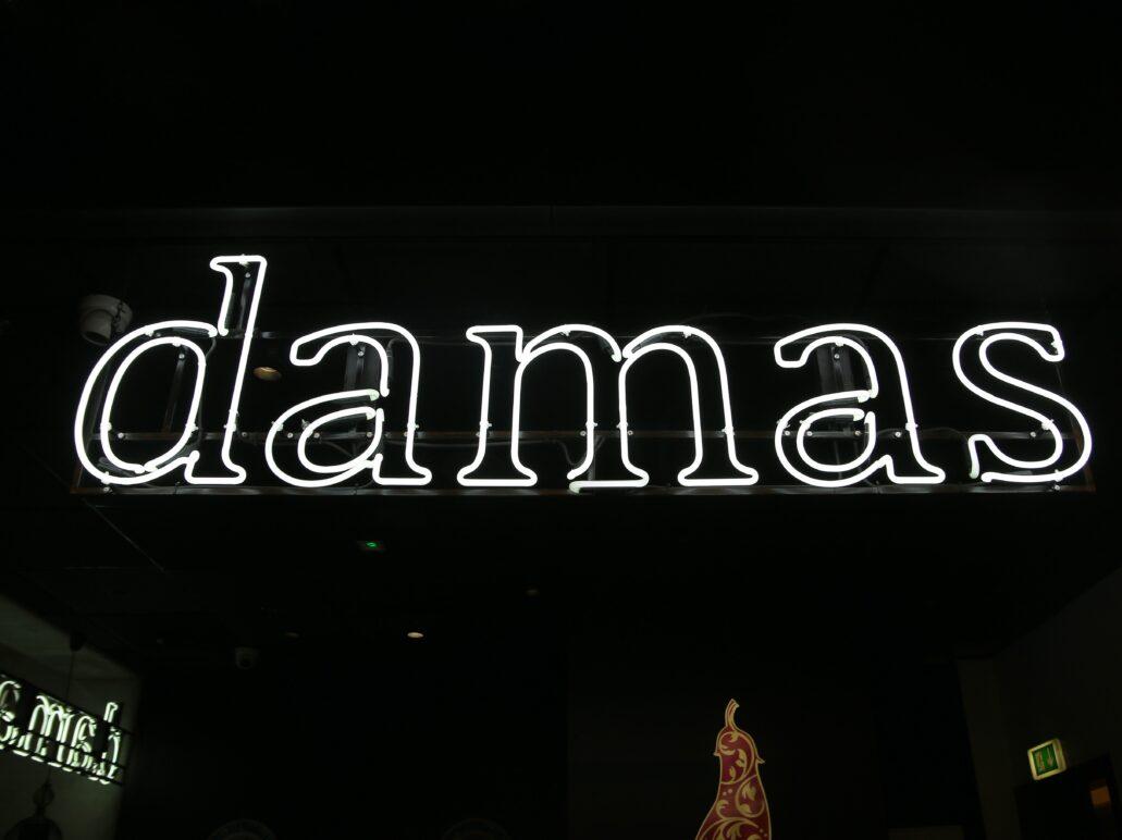 """Warszawa. Hala na Koszykach. Neon sklepu """"Damas"""". Fot. Jerzy S. Majewski"""