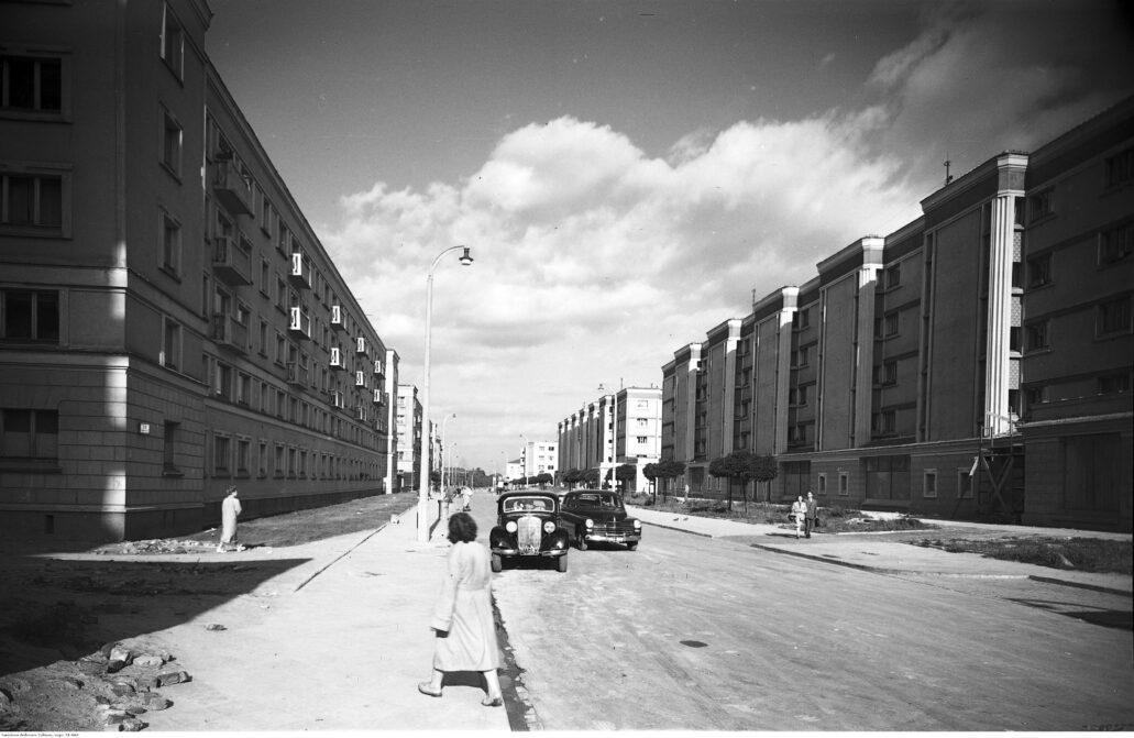 Po wojnie na gruzowisku getta zbudowane zostało osiedle na Muranowie, zaprojektowane przez zespół Bohdana Lacherta. Na zdjęciu domy wzdłuż Nowolipek w pobliżu skrzyżowania z Karmelicką. Niebotyk przy Nowolipkach 23 stał w miejscu bloku po prawej stronie zdjęcia. Fot. Narodowe Archiwum Cyfrowe