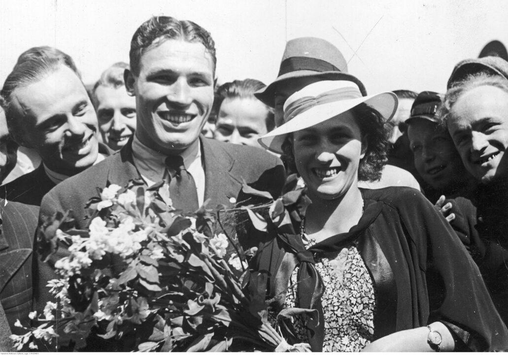 Antoni Kolczyński w czasach największych sukcesów w 1938 r. Witany przez żonę i kibiców po powrocie do Warszawy z zawodów w USA. Fot. NAC