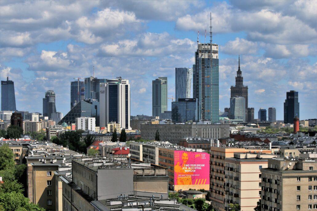 """Warszawa. Ten sam widok w maju 2021 r. Wieżowiec """"Q22"""" jest już gotowy od kilku lat. Pałac Kultury i Nauki optycznie bardzo zmalał w sąsiedztwie """"Varso Tower"""", wznoszącego się bliżej punktu, z którego robiłem zdjęcie. U podstawy """"Varso Tower"""" widać towarzyszące mu niższe budynki biurowe, ciągnące się wzdłuż ulicy Chmielnej, o wysokości 90 i 81 m. Bardziej po lewej pojawiła się potężna, narastająca ku górze bryła biurowca Chmielna 89. Niemal w całości zasłoniła sąsiedni, dawny wieżowiec """"Warta Tower"""" (82 m). Fot. Jerzy S. Majewski"""