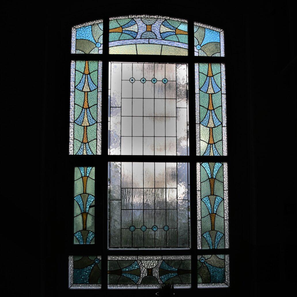 Sopot. Haffnera 54. Na wszystkich piętrach kamienicy w oknach klatki schodowej znajdują się identyczne witraże. Fot. Jerzy S. Majewski