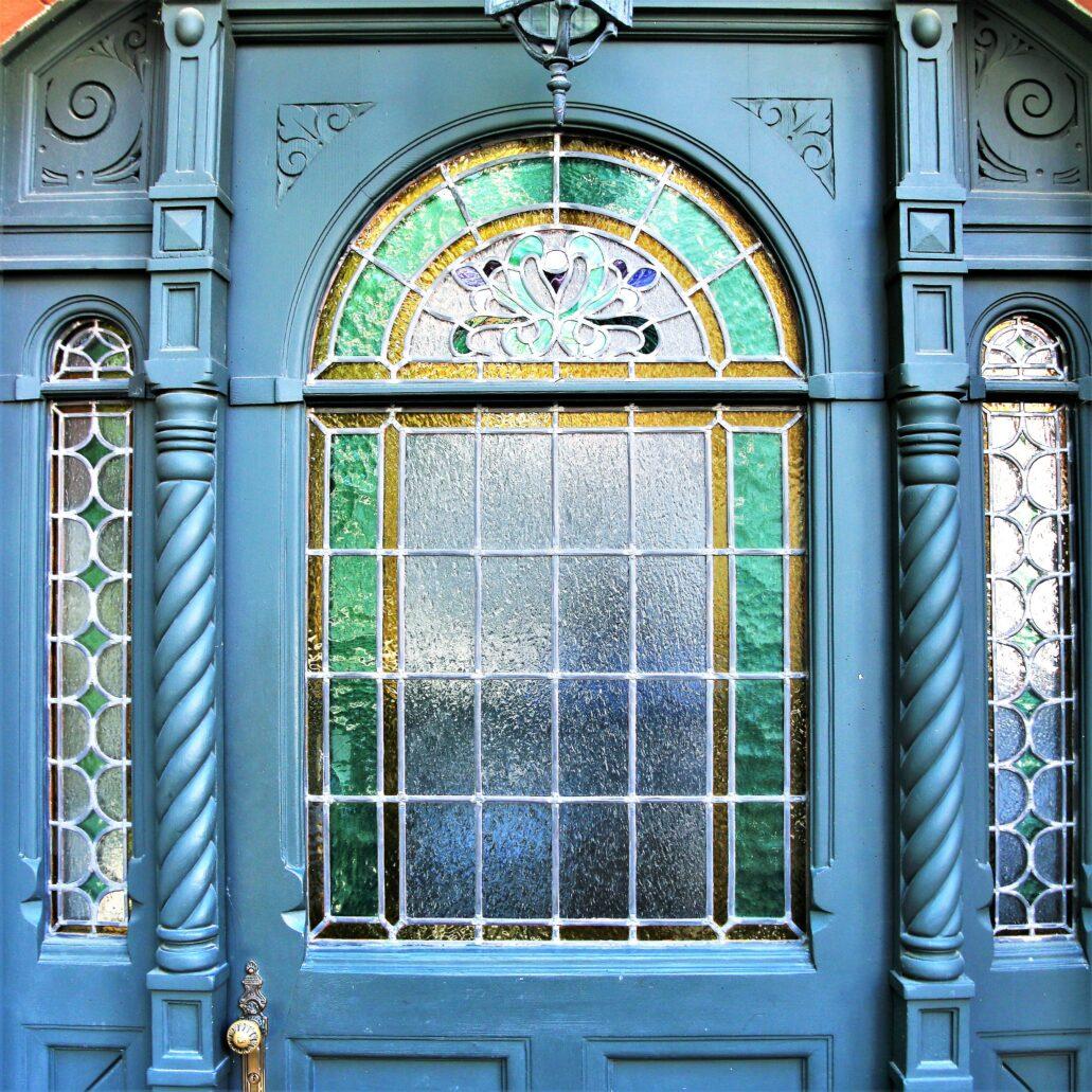Sopot. W willi miejskiej przy Jagiełły witraże są zarówno w oknach klatki schodowej, jak i w wykuszu jednego z mieszkań. Na zdjęciu witraż w drzwiach kamienicy. Fot. Jerzy S. Majewski