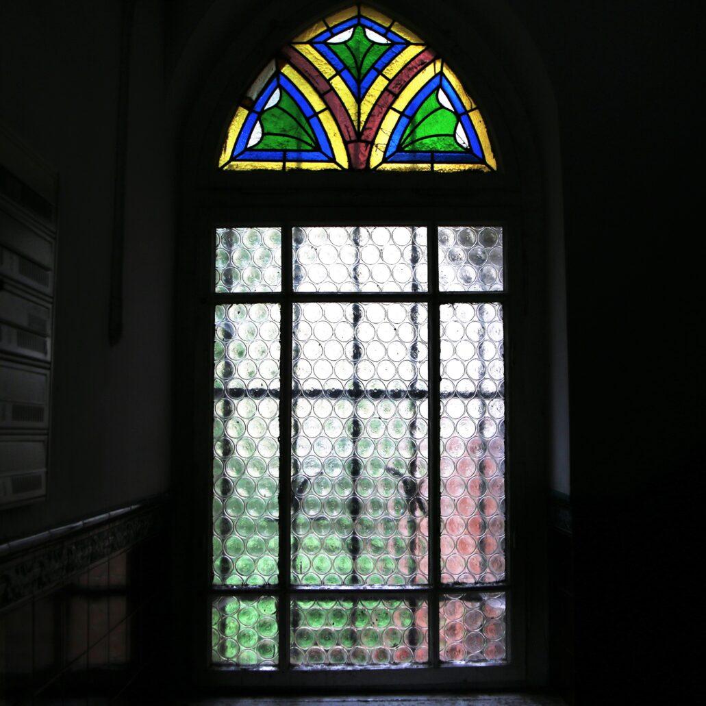 Sopot. Lipowa 12. Witraż w ostrołukowym oknie klatki schodowej. Fot. Jerzy S. Majewski