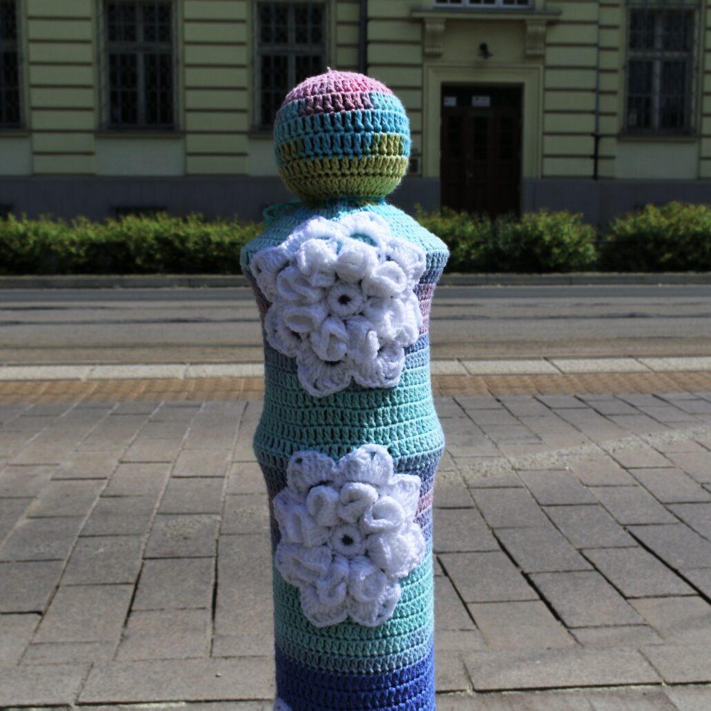 Warszawa. Kawęczyńska. Sweterek w białe kwiaty. Fot. Jerzy S. Majewski