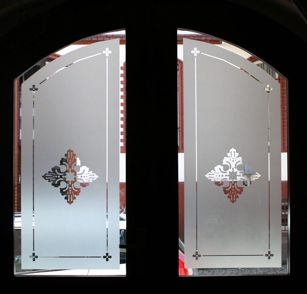 Sopot. Monte Cassino 37. Szyby z trawionego szkła w drzwiach wejściowych do kamienicy. Fot. Jerzy S. Majewski
