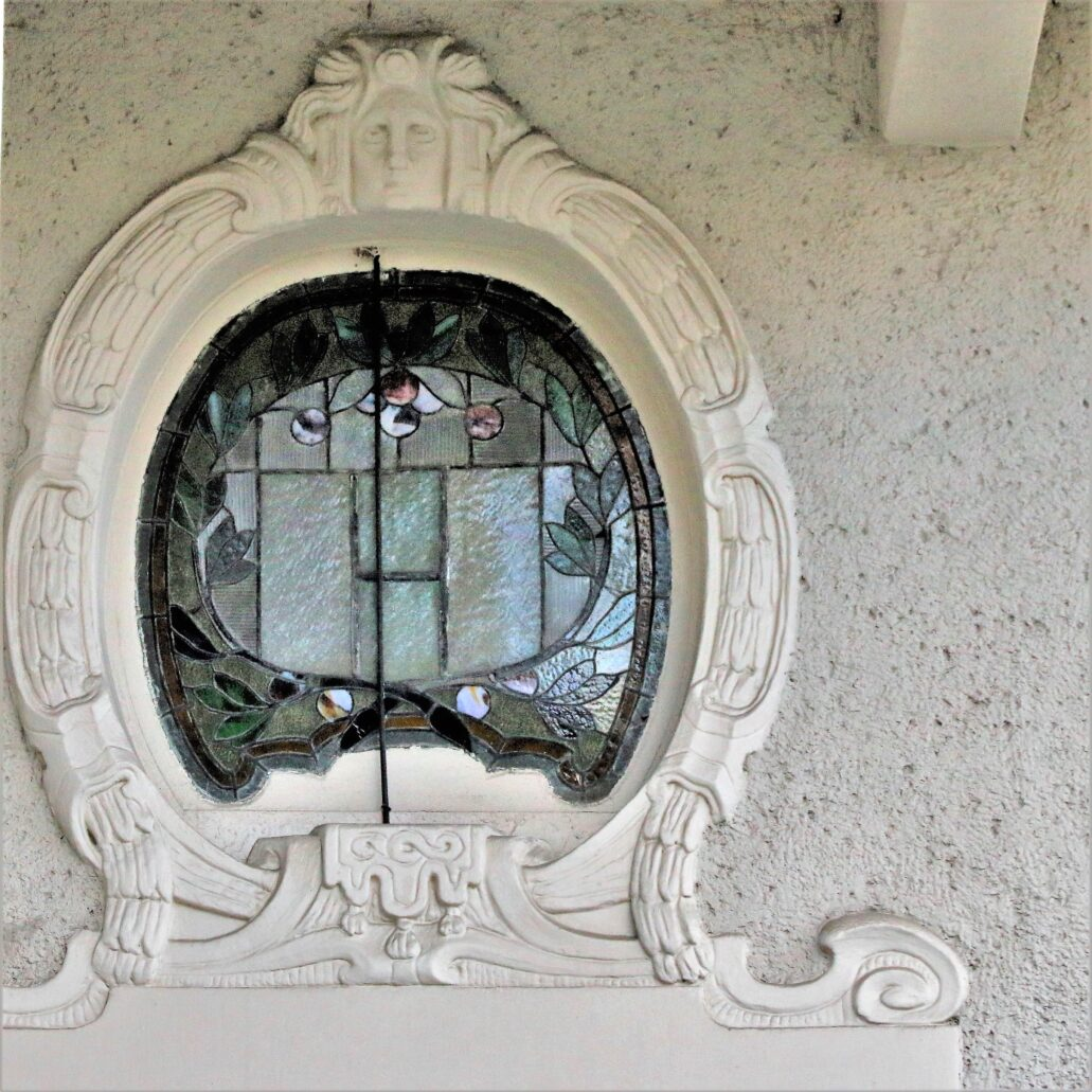 Sopot. Kościuszki 4. Witraż w okienku nadświetla ponad głównym wejściem. Fot. Jerzy S. Majewski