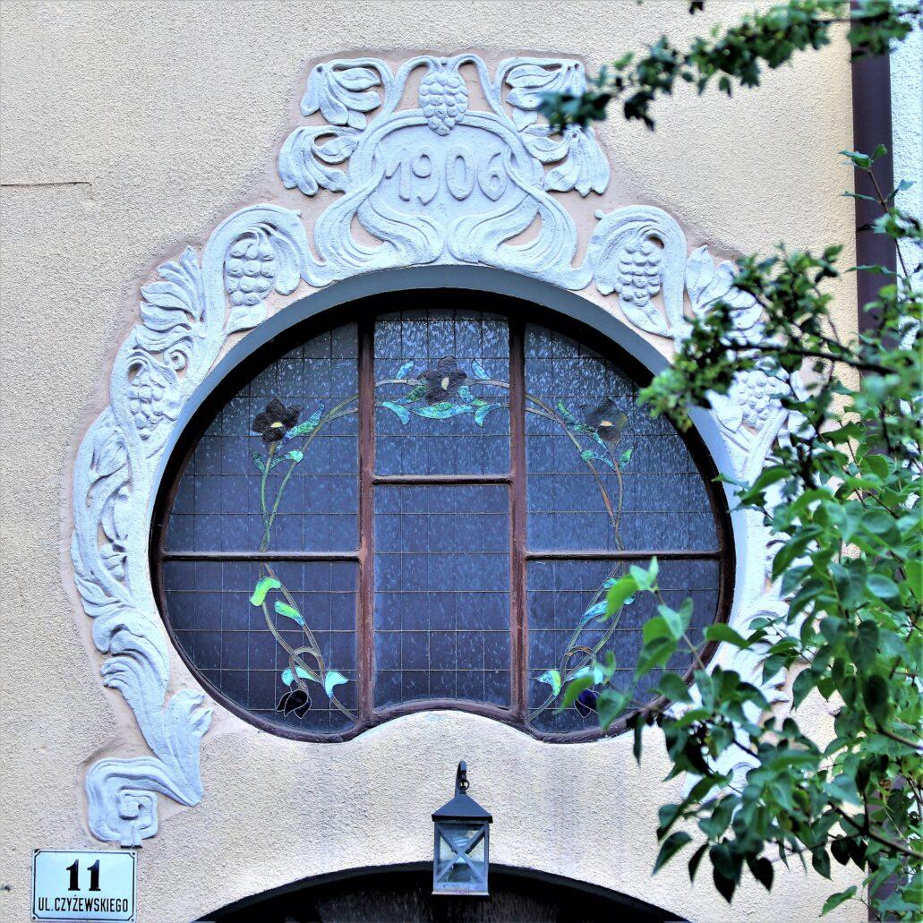 Sopot. Czyżewskiego. 11. Witraż w okienku nadświetla ponad głównym wejściem. Fot. Jerzy S. Majewski