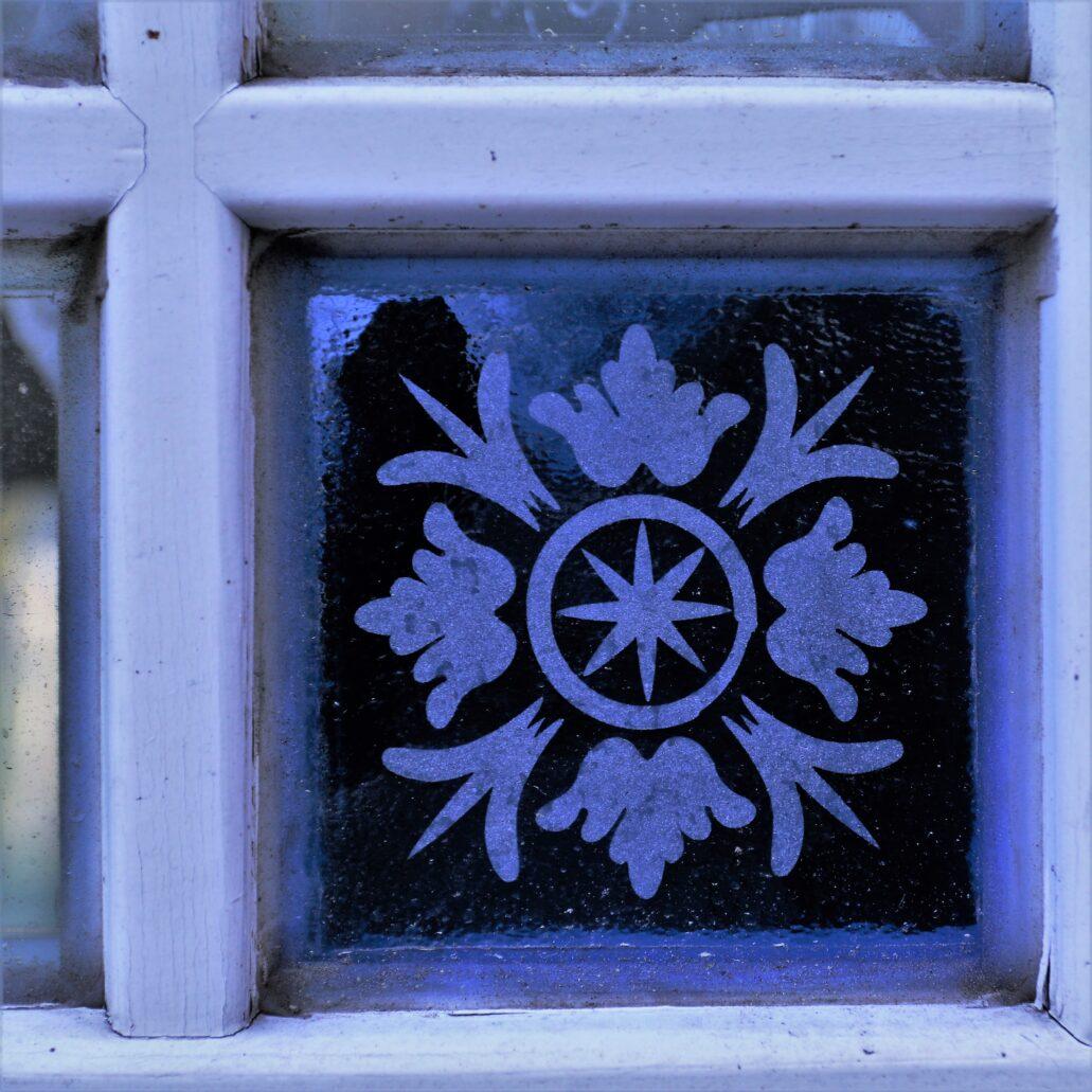 Sopot. Haffnera 32. Szybka z trawionego szkła w werandzie budynku. Fot. Jerzy S. Majewski