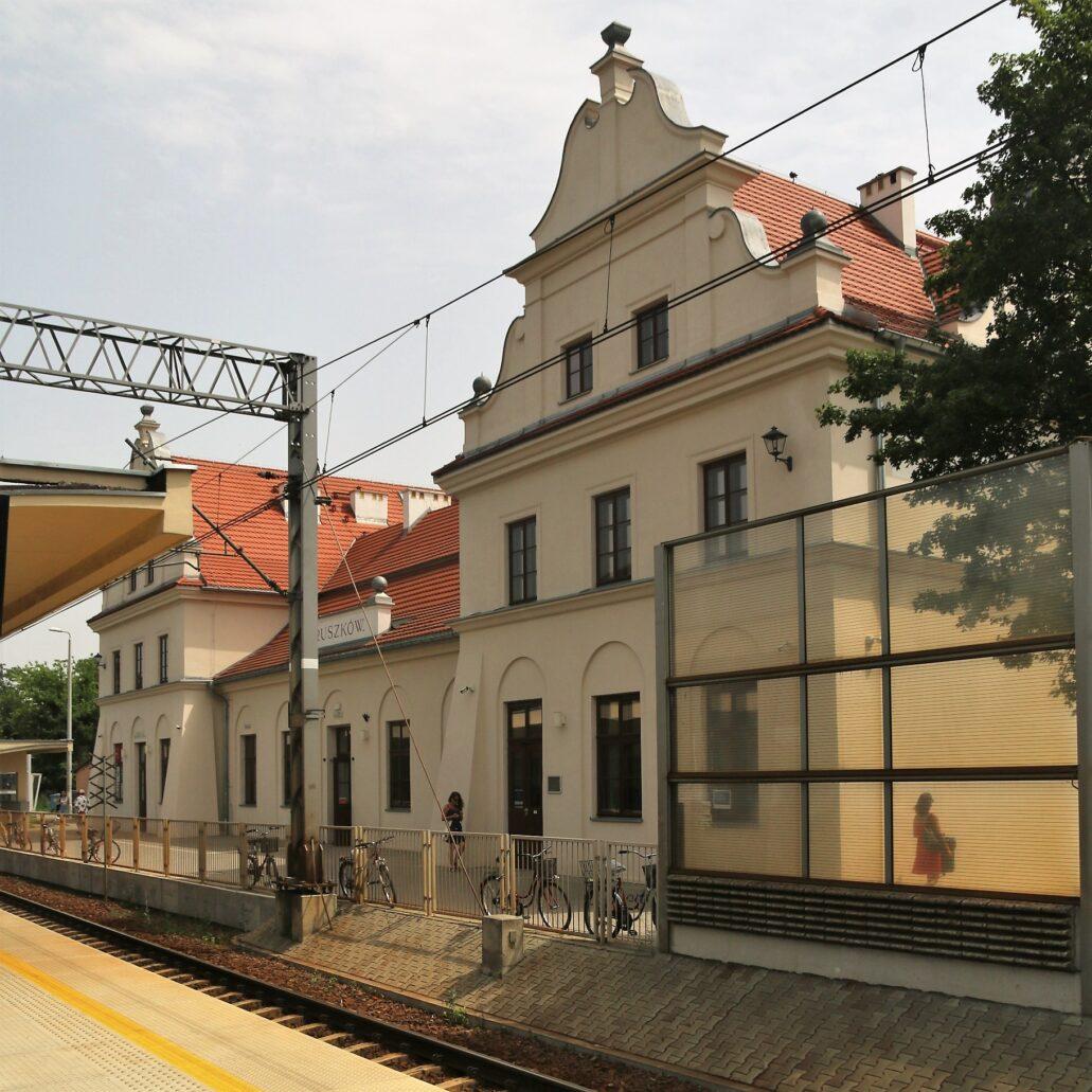 Pruszków. Dworzec kolejowy projektu Romualda Millera. Powstał w latach 1924-1928 w miejscu dworca spalonego w 1915 r. przez cofających się Rosjan. Widok od strony peronu. Niska część środkowa mieszcząca od strony peronów obszerną halę kasową. Ujęta jest po bokach piętrowymi, zryzalitowanymi skrzydłami o wyniosłych szczytach. Szczyty znalazły się też nad elewacjami bocznymi. Łącznie jest ich aż sześć. Fot. Jerzy S. Majewski