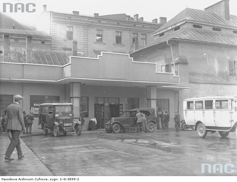 Kraków. Plac św. Ducha. Modernistyczny budynek dworca autobusowego na Starym Mieście w Krakowie wkrótce po oddaniu do użytku w 1929 r. Fot. Narodowe Archiwum Cyfrowe