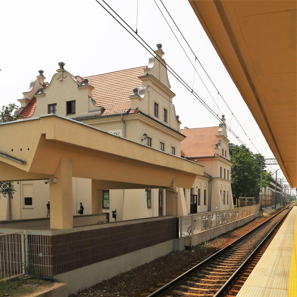 Pruszków. Dworzec kolejowy widziany od strony peronu. Fot. Jerzy S. Majewski