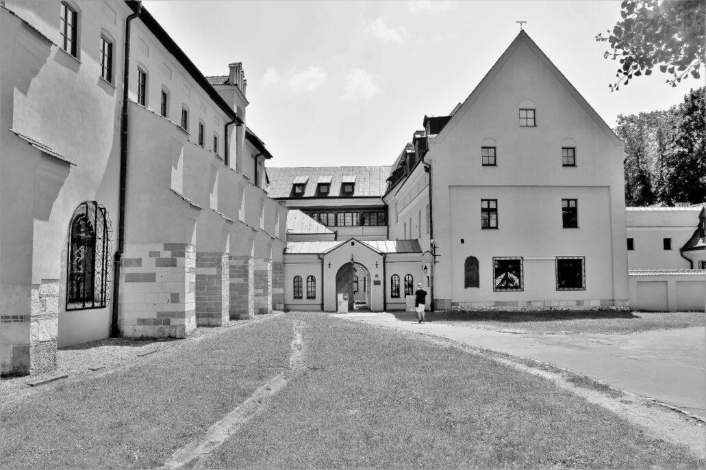 Kraków. Klasztor Franciszkanów od strony ulicy Franciszkańskiej. Fot. Jerzy S. Majewski