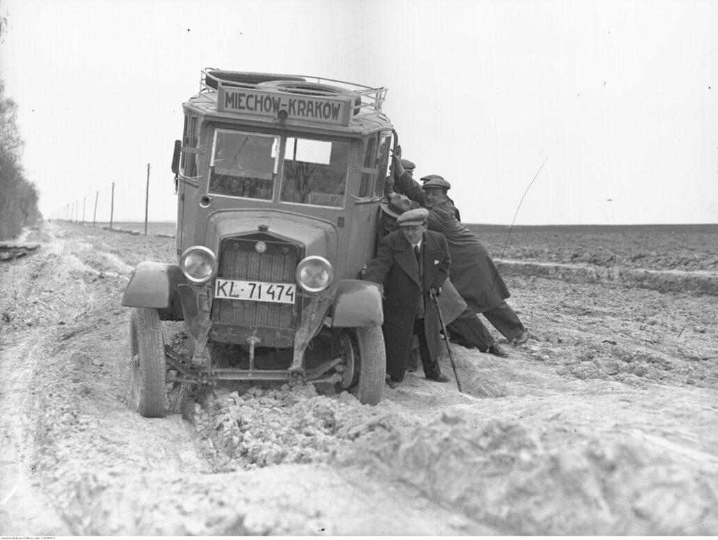 Jak można się przekonać z tej fotografii, autobus na trasie z Miechowa do Krakowa musiał pokonywać bezdroża. Dopiero w roku 1934 ukończono budowę linii kolejowej łączącej stację Tunel z Krakowem (był to fragment linii kolejowej z Warszawy do Krakowa). Na niej to znalazł się też Miechów, który przed 1914 r. był po drugiej stronie granicy dzielącej zabór rosyjski (Królestwo Polskie) od austriackiego (Galicja). Miechów znajdował się w granicach imperium rosyjskiego. Fot. Narodowe Archiwum Cyfrowe