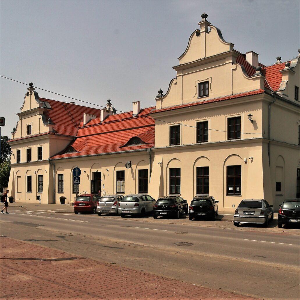 Fot. 04. Pruszków. Dworzec kolejowy. Fasada widziana od strony miasta. Fot. Jerzy S. Majewski