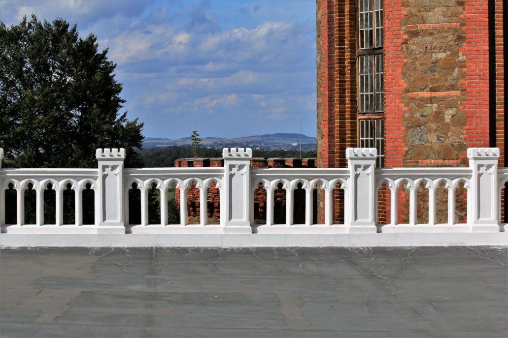 Kamieniec Ząbkowicki. Widok na góry z tarasu zamkowego. Z tego miejsca można było napawać się widokiem, tak jak z tarasu podmiejskiej rezydencji wyobrażonej na obrazie Jan Kriega. Fot. Jerzy S. Majewski