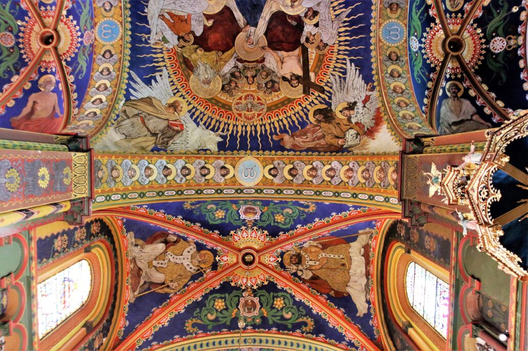 Sosnowiec. Katedra Wniebowzięcia NMP. Fragment polichromii. Pośrodku zdjęcia gurt sklepienny pomiędzy nawą środkową a transeptem, Fot. Jerzy S. Majewski