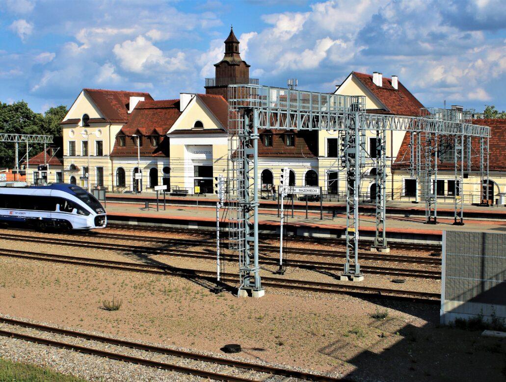 Grodzisk Mazowiecki. Dworzec kolejowy średniej wielkości wzniesiony według projektu Romualda Millera w latach 1922-1924 w miejscu starego dworca, zniszczonego w 1915 r. Widok od strony peronów. Fot. Jerzy S. Majewski