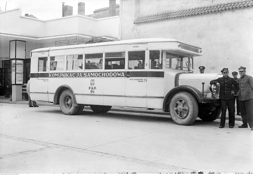 Autobus Komunikacji Samochodowej PKP. W tle budynek dworca autobusowego w Krakowie. Autobusy te miały na bocznej burcie duży napis Komunikacja Samochodowa PKP. Zdjęcie z 1936 r. Fot. Narodowe Archiwum Cyfrowe
