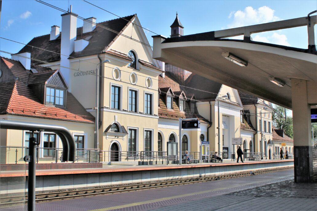 Grodzisk Mazowiecki. Dworzec widoczny od strony peronu. Z prawej funkcjonalistyczna, żelbetowa wiata. Fot. Jerzy S. Majewski