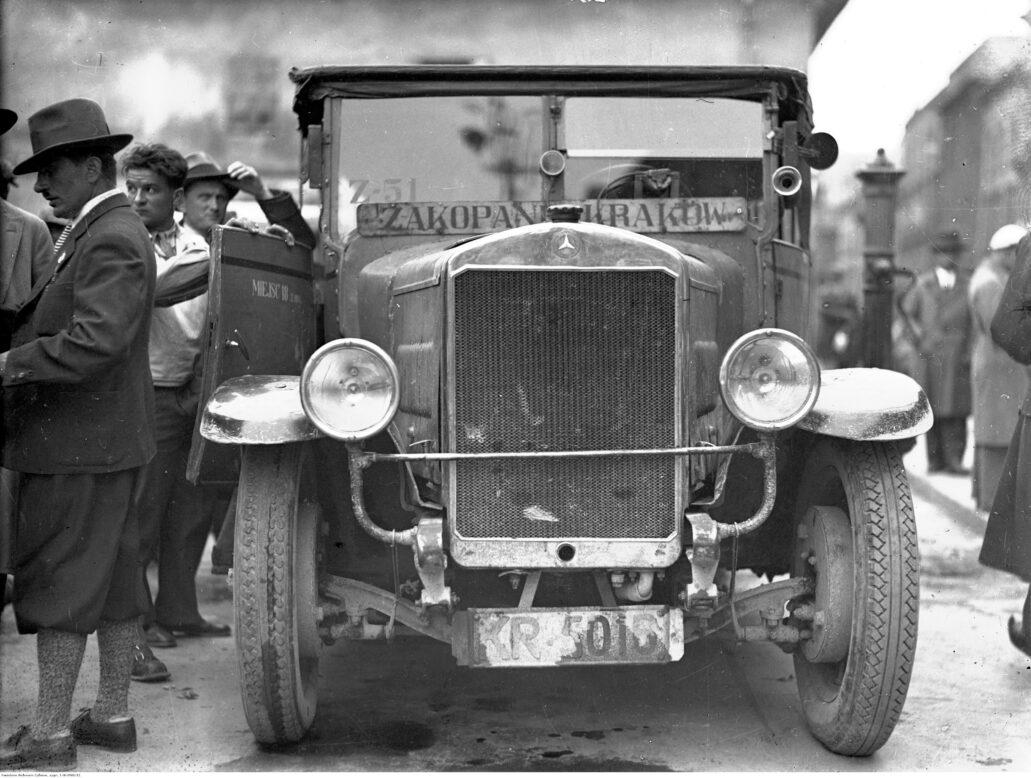 Kraków. Dworzec autobusowy na pl. św. Ducha. Mercedes jednej z prywatnych linii autobusowych kursujących z Krakowa do Zakopanego. W środku jedynie 18 miejsc dla pasażerów. Zdjęcie z 1932 r. Fot. Narodowe Archiwum Cyfrowe