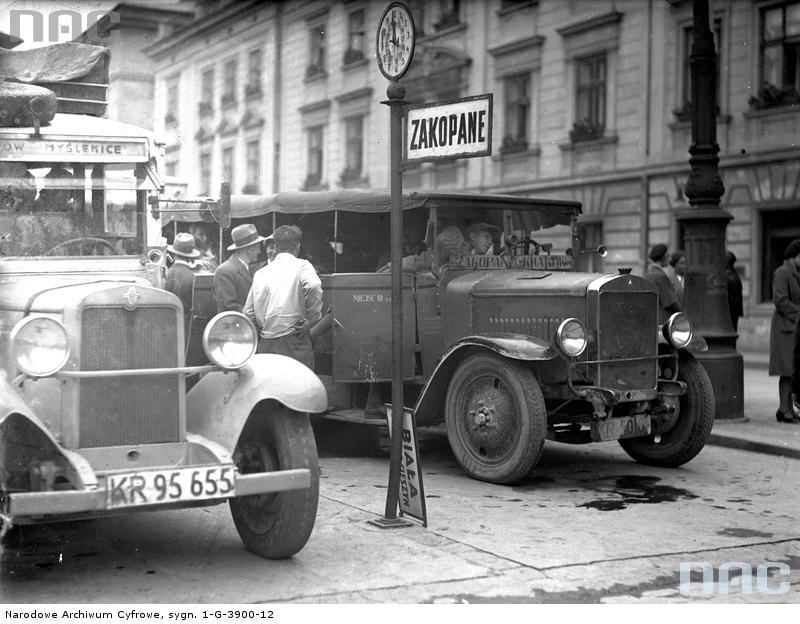 Kraków. Dworzec autobusowy na pl. św. Ducha. Ten sam Mercedes stojący na stanowisku. Obok autobus odchodzący do Myślenic. Fot. Narodowe Archiwum Cyfrowe