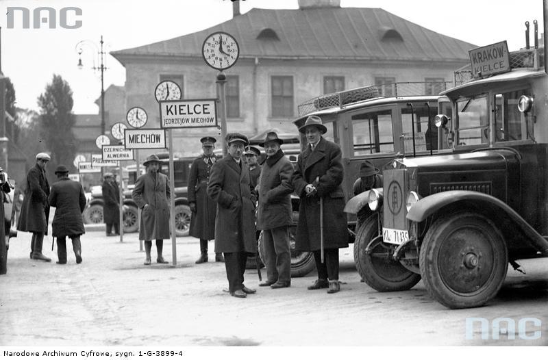 Kraków. Dworzec autobusowy na pl. św. Ducha. Stanowiska autobusów. Na pierwszym planie autobus odchodzący w dość długa trasę do Kielc, liczącą około 120 km. Fot. Narodowe Archiwum Cyfrowe