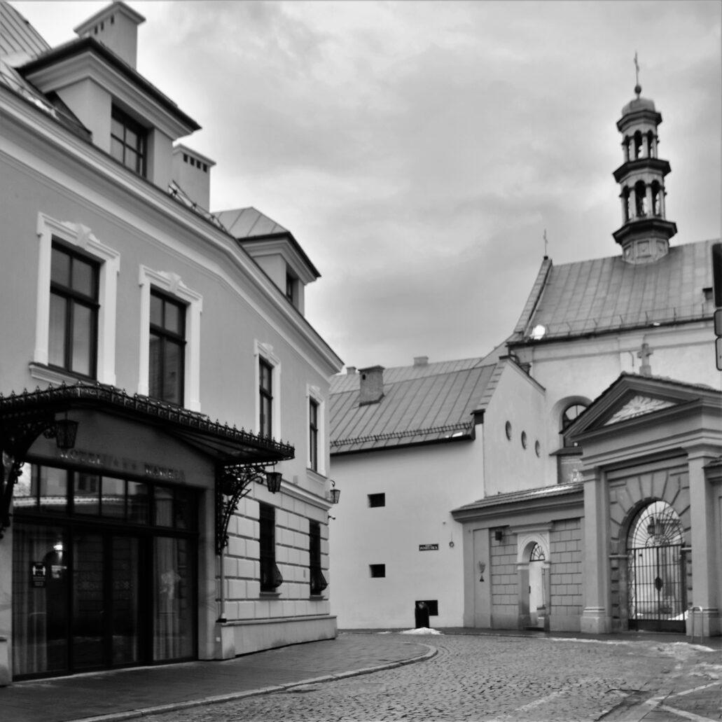 Kraków, ul. Poselska. Za murem widoczny kościół i klasztor Bernardynek. Fot. Jerzy S. Majewski
