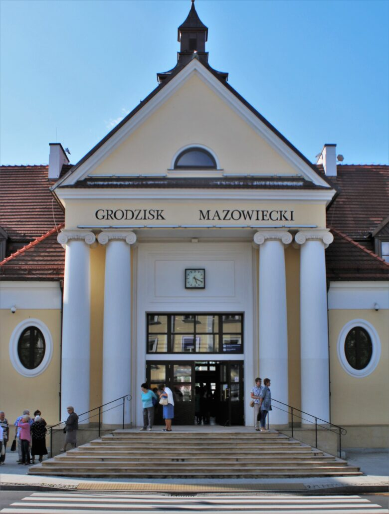Grodzisk Mazowiecki. Główne wejście od strony miasta ujmuje monumentalny portyk kolumnowy. Fot Jerzy S. Majewski