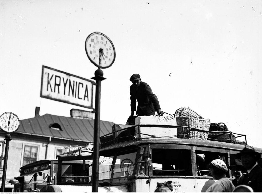 Kraków. Dworzec autobusowy na pl. św. Ducha. Ładowanie bagażu. Fot. Narodowe Archiwum Cyfrowe